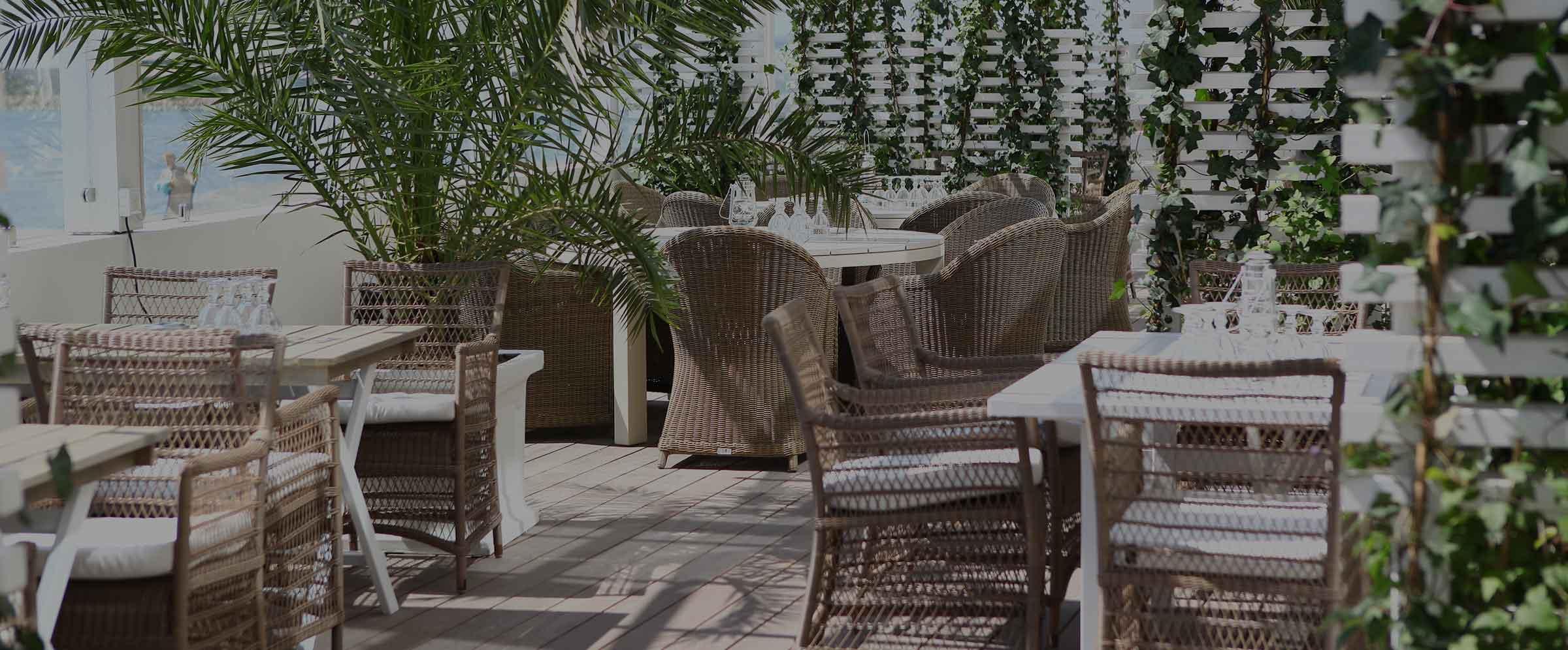 Slå dig ner i solen i restaurnag Bistro Mer på Falkenberg Strandbad
