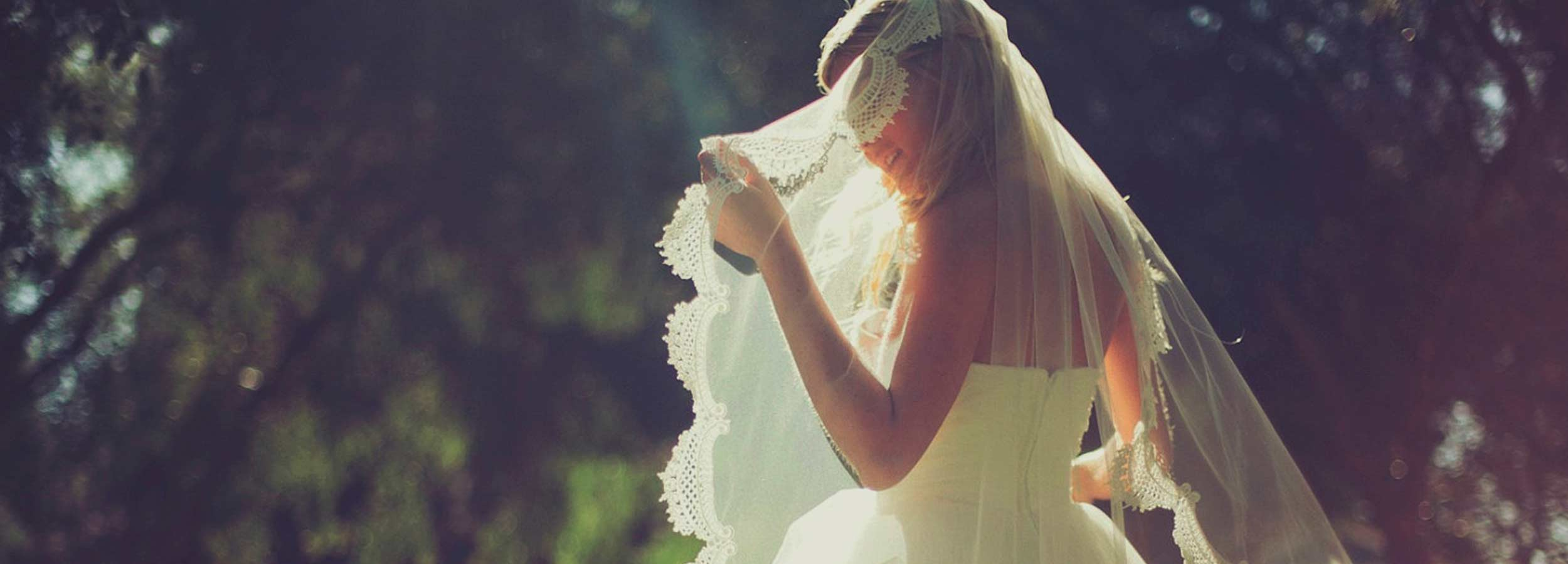 Somrigt beslöjad brud på bröllop på Falkenberg Strandbad
