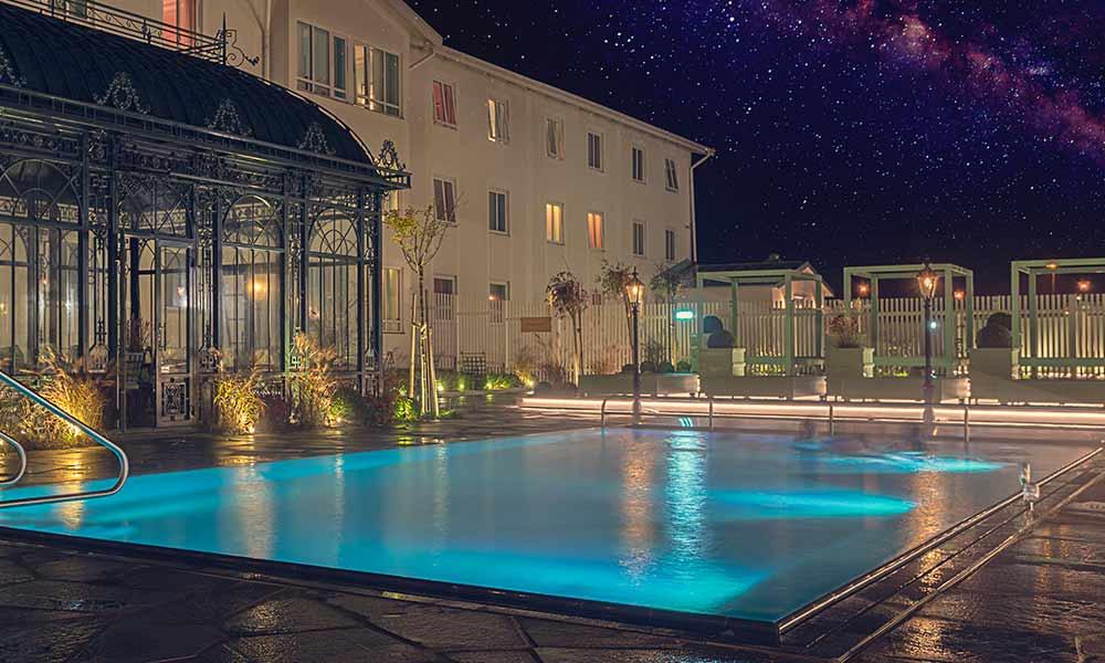 Poolen är inbjudande dag som natt i vårt spa på Falkenberg Strandbad
